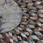 Particolare della decorazione musiva dell'atrio ideata dal barone Giorgio Franchetti (consunzione causata dalle alte maree) © C.C.